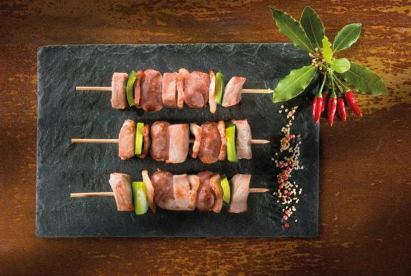 Spiedino di suino 3 pezzi piatto fiorani e c. produzione carne piacenza e modena