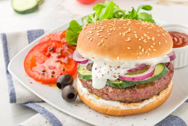 Greek burger con salsa tzatziki cipolla e olive