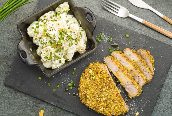 Tagliata di lonza in crosta di pistacchi con insalata di patate